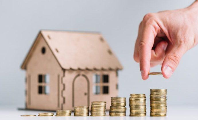 lakáshitel a képen egy házikó és mellette aprópénz
